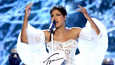 Toni Braxton performs at American Music Awards (Credit: Shutterstock)